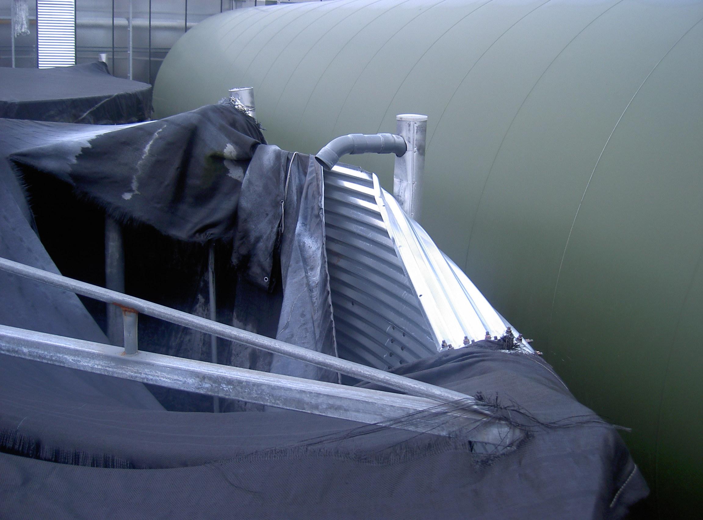Voorbeeld van een defecte silo met ingeklapte platen. Tijd voor reparatie!