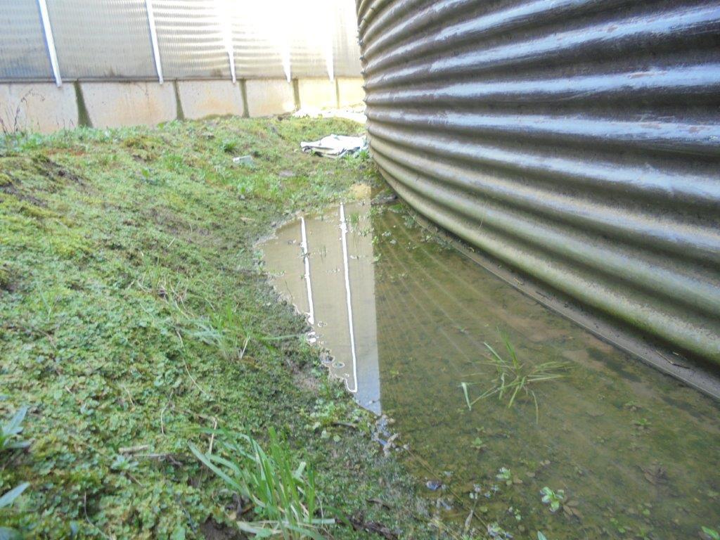 Water om de silo heen